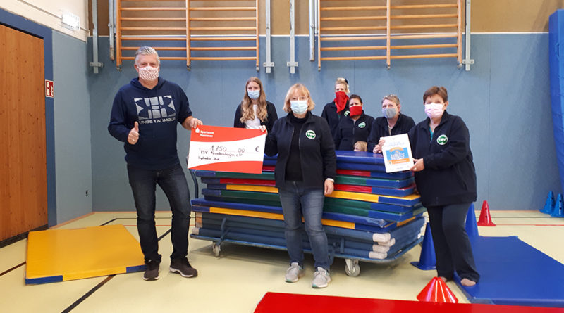 Kreissportbund-Geschäftsführer Hagen Rank (links) überreichte den symbolischen Scheck über 1.750 Euro an die Vorsitzende des TSV Krankenhagen, Christel Struckmann (2.v.l.) und die Übungsleiterinnen. (Foto: pr)